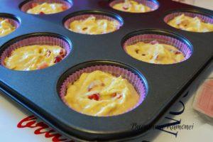 Muffins-cu-ciocolata-alba-si-capsuni-n