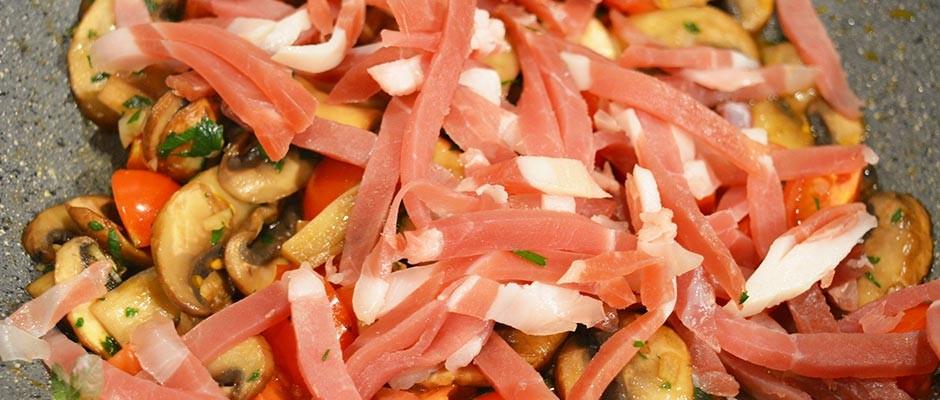 Fettuccine cu ciuperci, prosciutto crudo si rosii cherry