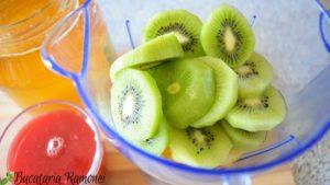 Smoothie cu kiwi, portocala si mar