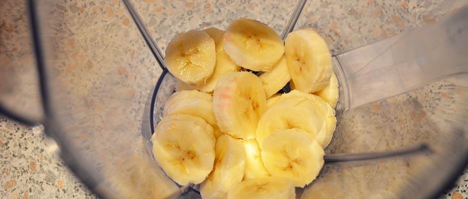 Smoothie cu banana, mango si capsuni