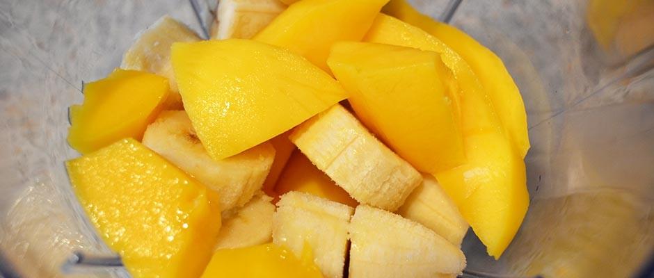 Smoothie cu banane, mango si portocale
