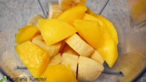 Smoothie cu banana, mango si menta