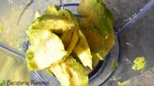 Smoothie cu afine, spanac si avocado