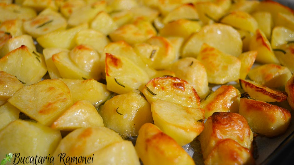 Cartofi noi cu rozmarin la cuptor
