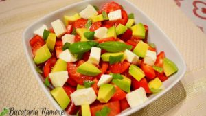 salata-de-avocado-cu-rosii-si-mozzarella-e