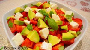 salata-de-avocado-cu-rosii-si-mozzarella-f