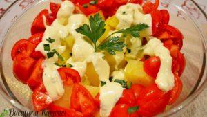 salata-de-cartofi-cu-rosii-si-sos-de-iaurt-c