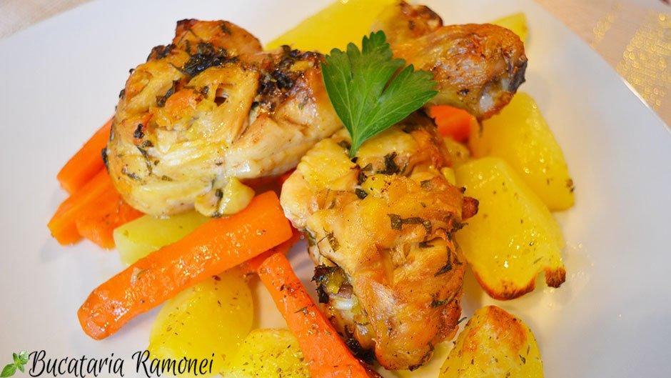 Copane de pui marinate cu cartofi si morcovi