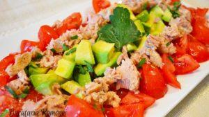 salata-de-avocado-rosii-si-ton