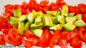 salata-de-avocado-rosii-si-ton-c