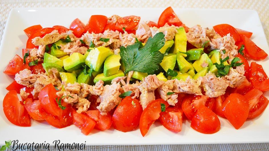 Salata de avocado, rosii si ton