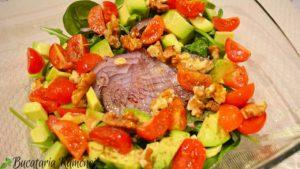 salata-de-avocado-spanac-rosii-si-nuci-a