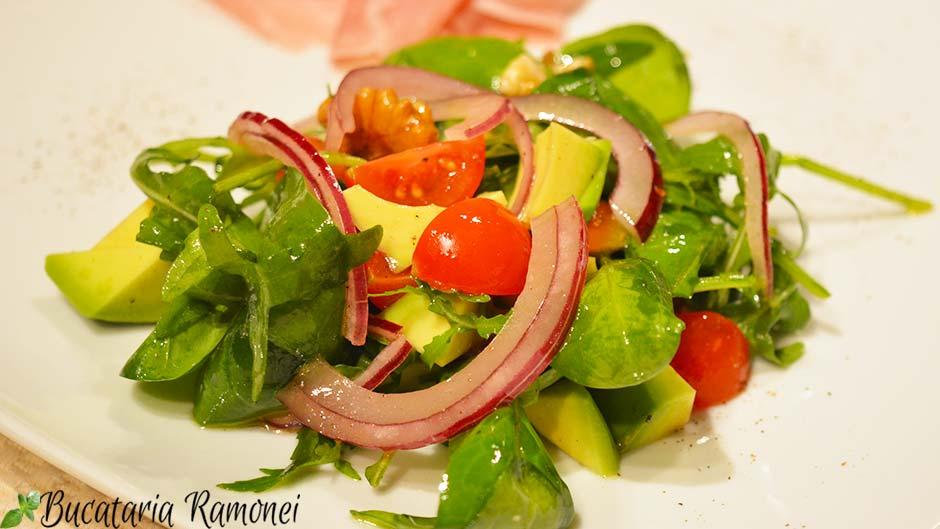 Salata de avocado, spanac, rosii si nuci