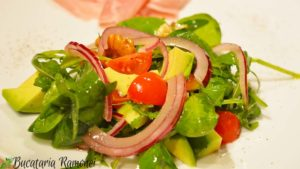salata-de-avocado-spanac-rosii-si-nuci-c