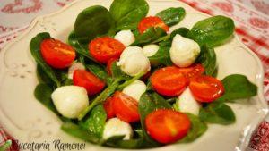 salata-de-spanac-rosii-si-mozzarella-a