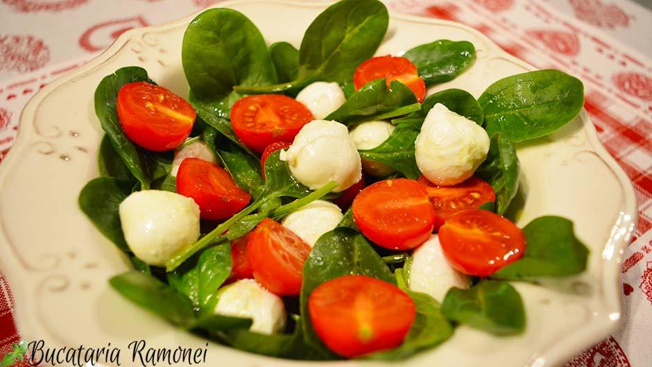 Salata de spanac, rosii si mozzarella