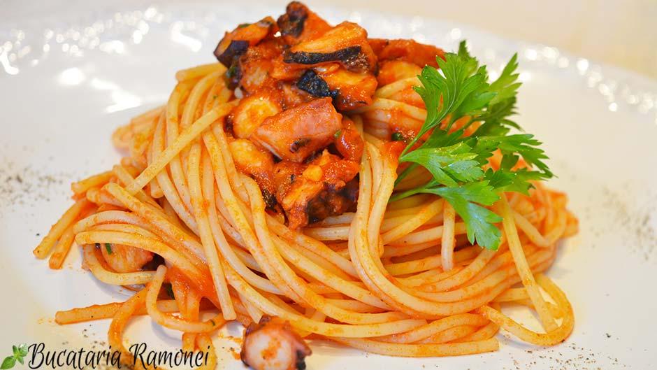 Spaghetti cu caracatita si sos de rosii