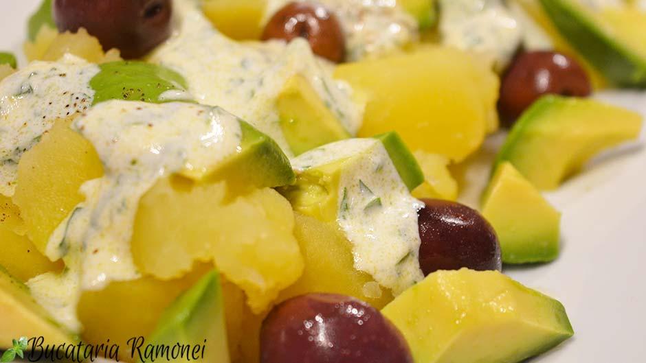 Salata de avocado cu cartofi si sos de iaurt