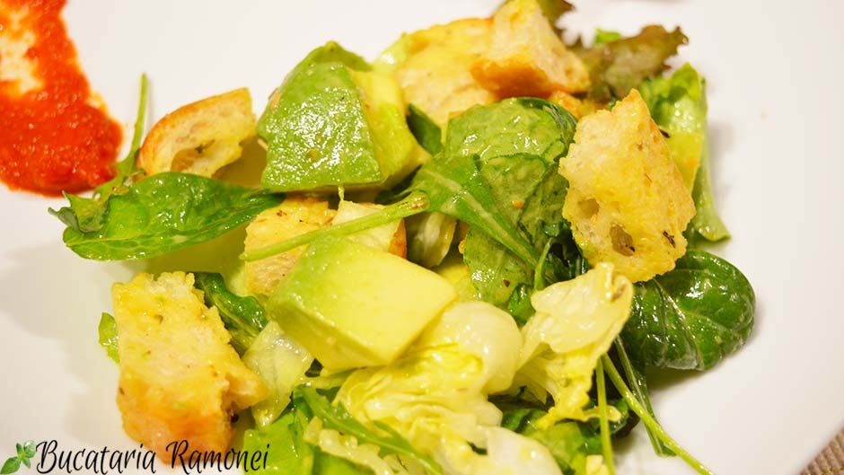 Salata de avocado cu crutoane