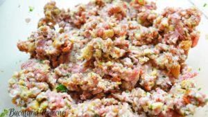 chiftelute-din-carne-de-porc-cu-sos-de-ceapa-si-rosii-e
