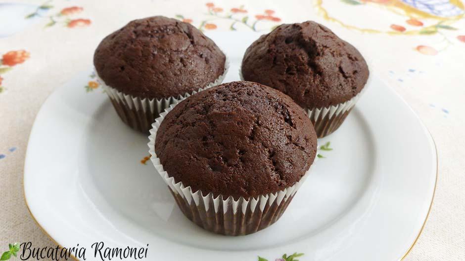 Muffin cu ciocolata si dulceata de cirese