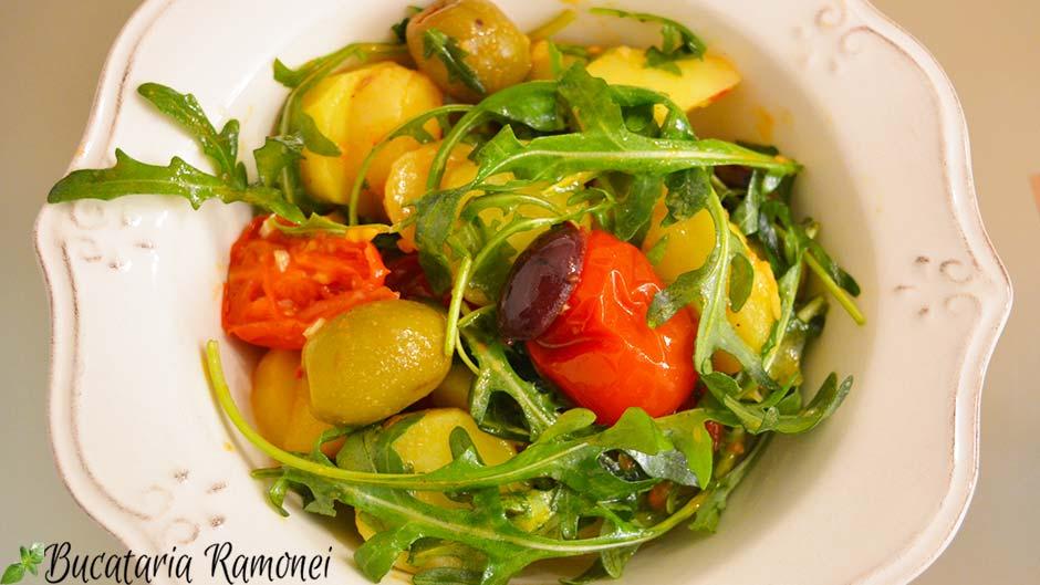 Salata de cartofi, rosii, rucola si masline