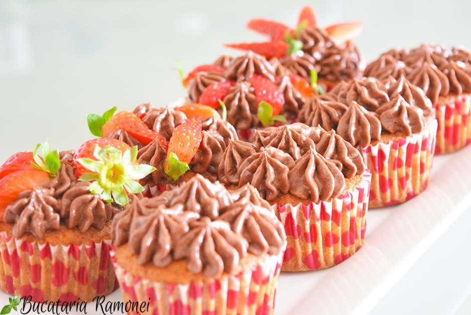 Cupcakes cu capsuni si crema de nutella