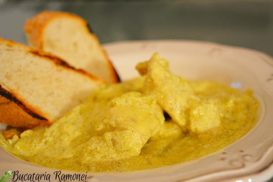 Piept de pui cu sos de curry