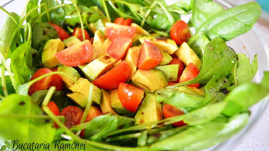 Salata de spanac cu avocado