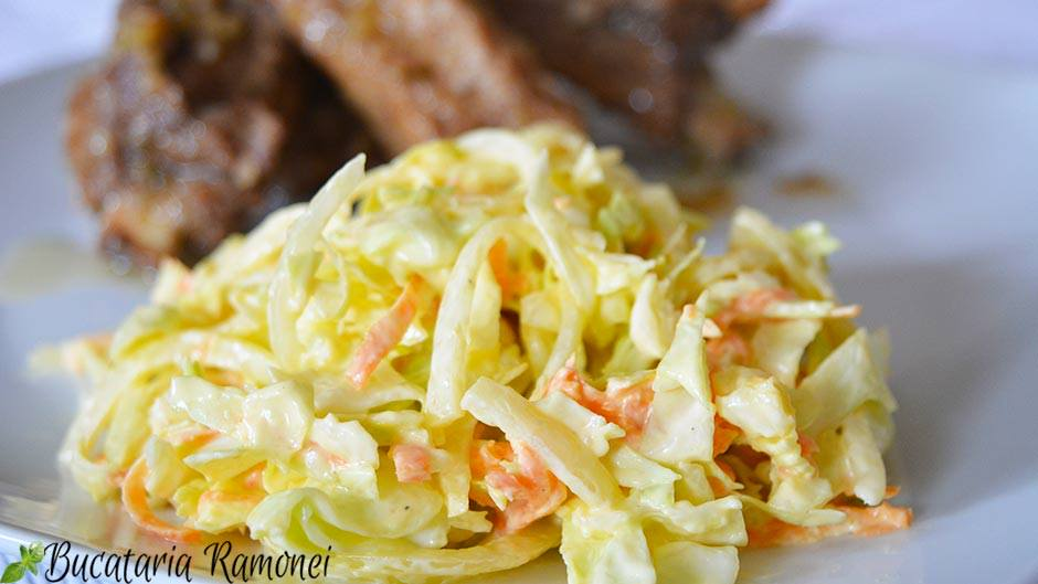 Salata de varza, morcovi si ceapa cu sos de iaurt