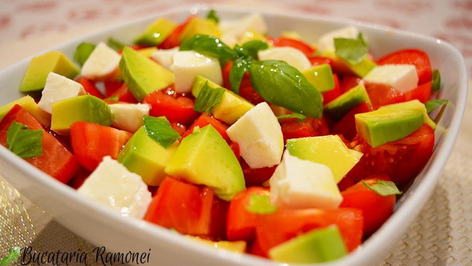 Salata de avocado cu rosii si mozzarella