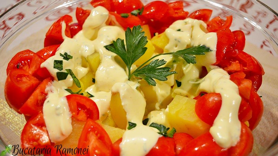 Salata de cartofi cu rosii si sos de iaurt