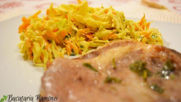 Salata de varza cu morcovi si sos de iaurt