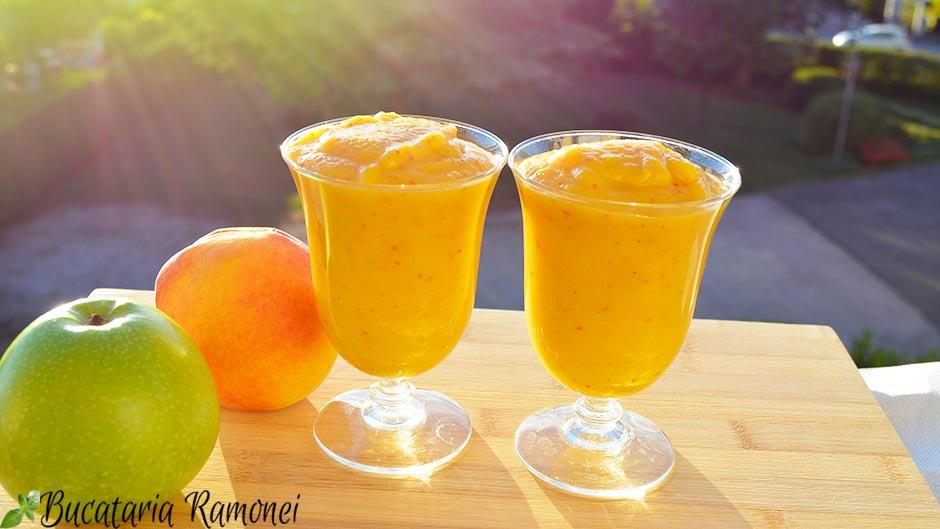 Smoothie cu mango, mere si piersici