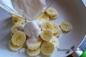 cheesecake-cu-banane-si-sos-de-afine-e