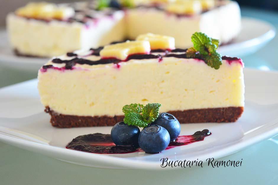 Cheesecake cu banane si sos de afine