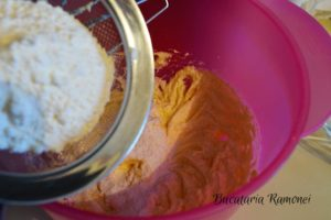 Cupcake-cu-merisoare-si-frosting-de-branza-c