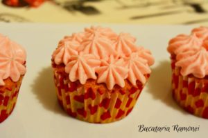 Cupcake-cu-merisoare-si-frosting-de-branza-j