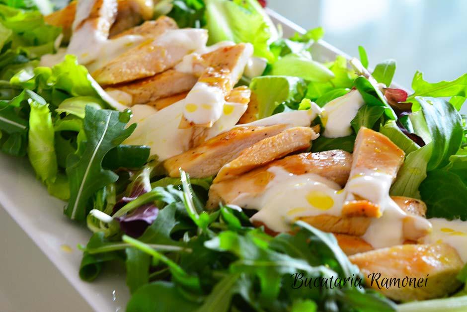 Salata de pui cu sos de iaurt