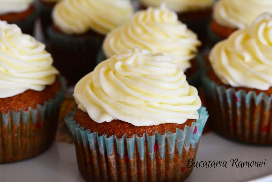 Cupcakes cu banane si frosting de branza