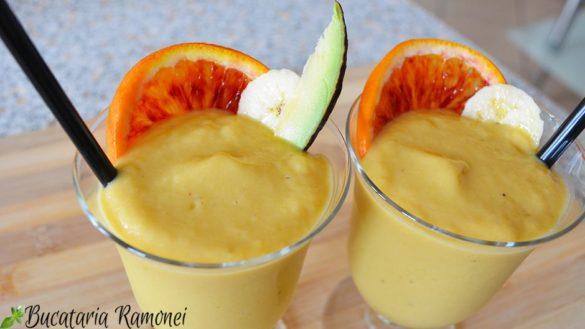 Smoothie cu banane, avocado si mango