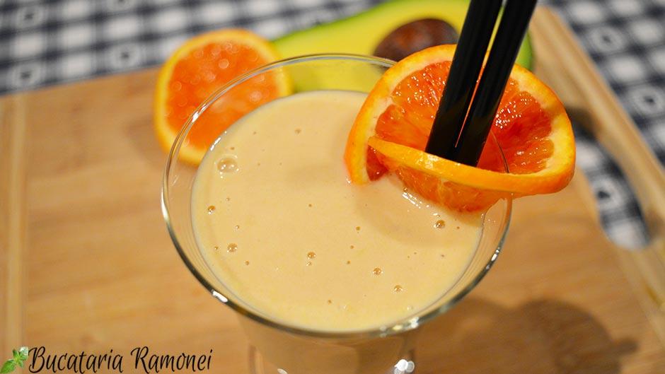 Smoothie cu portocale, avocado si banane