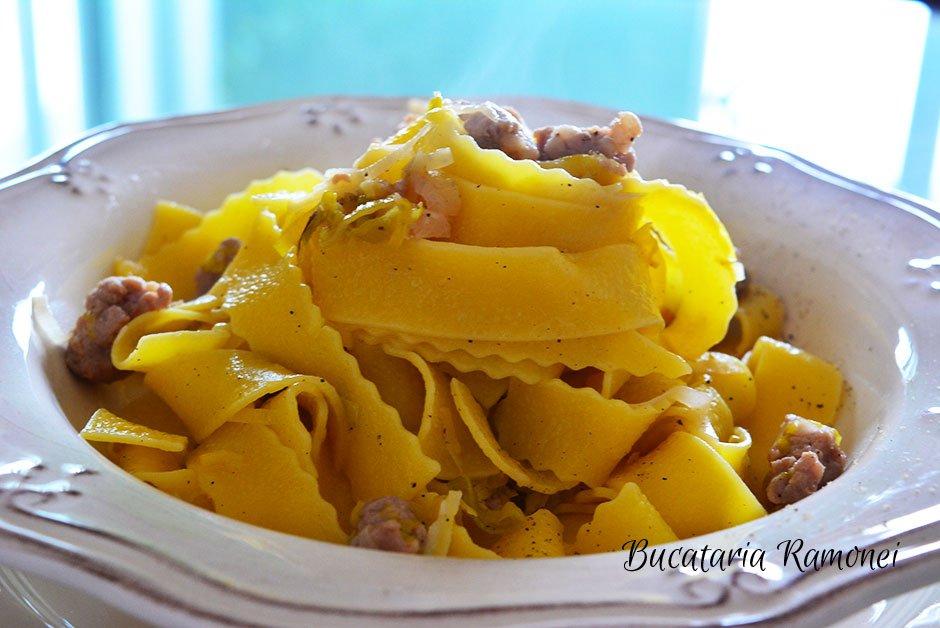 Pappardelle rustice cu carnati si praz