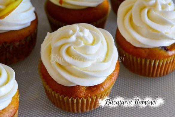 Cupcakes cu piersici si frosting